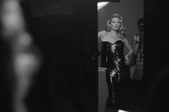 kate-moss-being-photographed-for-the-ad-campaign-photo-by-solve-sundsbo-1